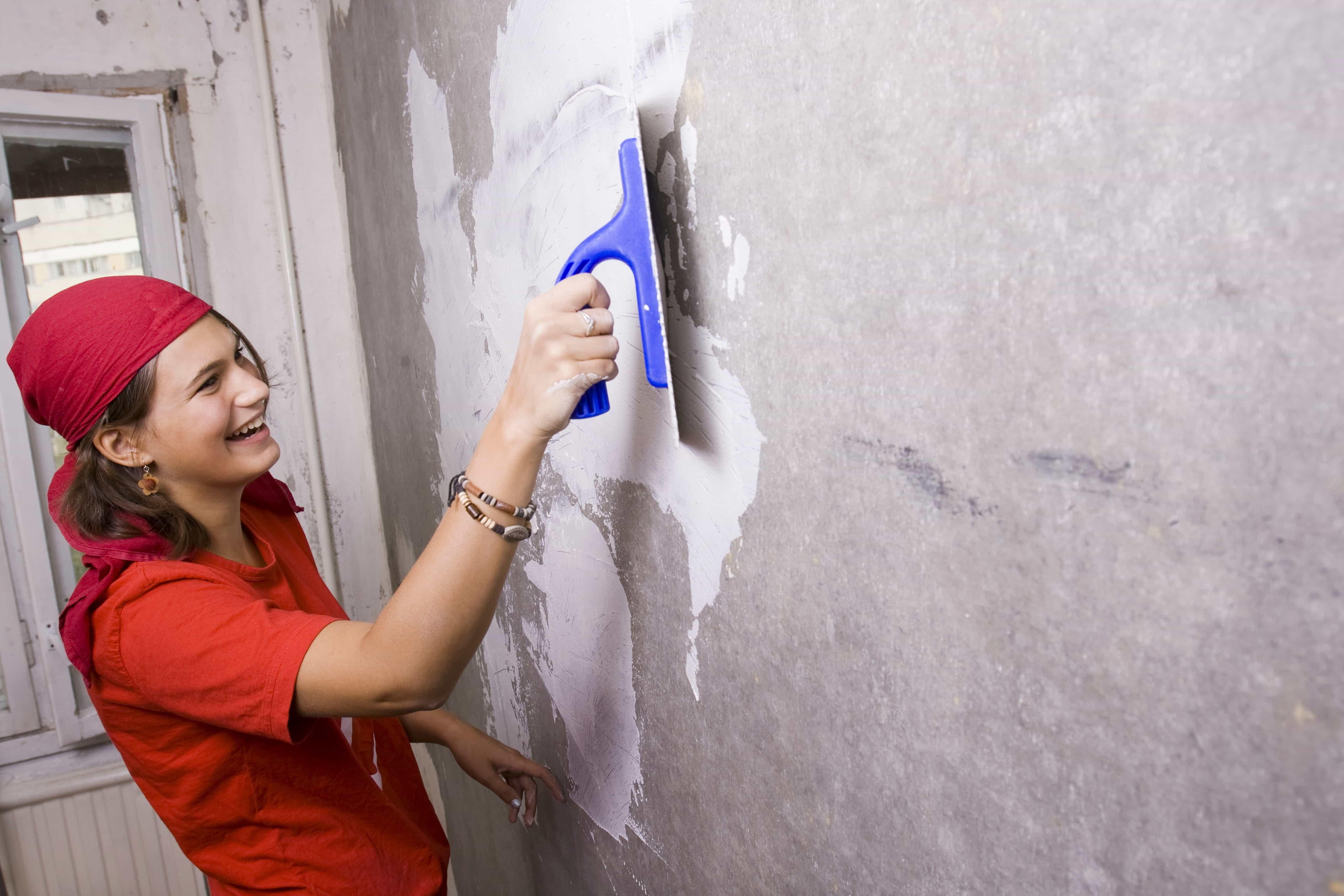 Girl_Repairing_Wall_000003974199.jpg